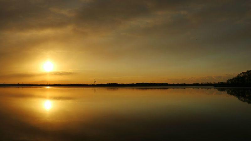 ウトナイ湖 空 湖 朝陽 太陽 日の出 マジックアワー Morning Sun Morning Sunrise Lake Sky Water 朝 鏡 Mirror Water Glass Winter Beauty In Nature 空と雲 Cloud Sky And Clouds Goldensky Goldencolor Utonailake