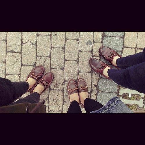 天氣陰陰的 我和倫倫還有媽咪有一樣的默契 忽然發現我們穿一樣的鞋子!