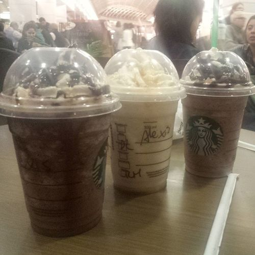 Junto a Loretval30 y mi love Gathitoalexis22 en StarbucksCoffe tomando...Dulcedelechecreme chocolatechipcreme..gracias amor
