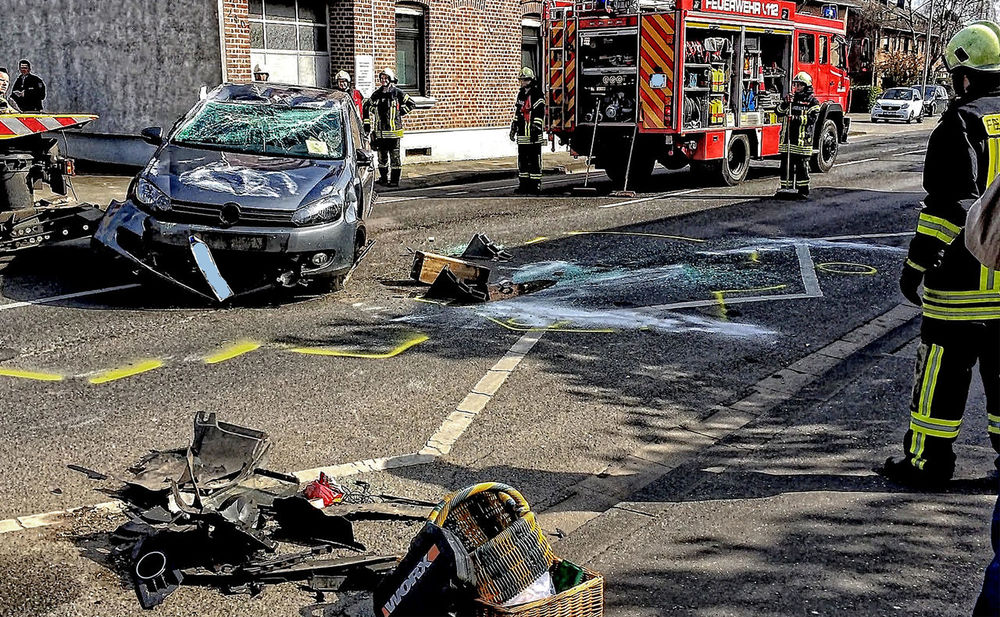 Unfall Auto Built Structure Car City City Life City Street Day Full Length Mode Of Transport Outdoors Person Street Transportation Unfall
