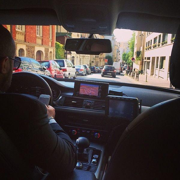 Ganz viele Abkürzungen und Schleichwege werden genutzt #Taxi #Paris #Audi und hier drin hat man sogar freies WLAN über #4G Paris Taxi Audi 4g