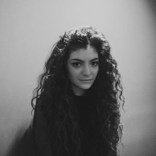 ?Happy birthday queen ? @lordemusic 17years  Awesomegirl Lorde QueenB rolemodel awesomevoice pureheroine ???