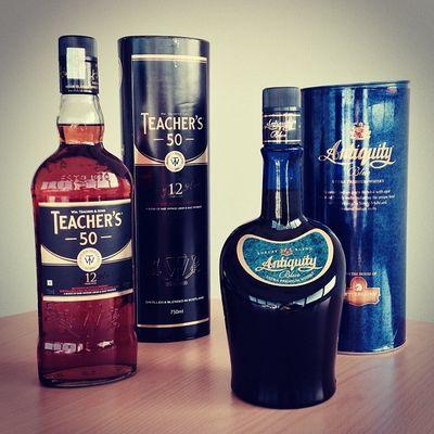 Zwar nicht unbedingt der Stoff, den ich mir vorgestellt habe, aber immerhin. Whisky aus Indien. Fettercairn Scotchwhisky Blue Blendedwhisky Blended Teachers50 Whisky Antiquityblue India Scotch Antiquity Indian Teachers United Indisch Indien 12years 12jahre Diageo