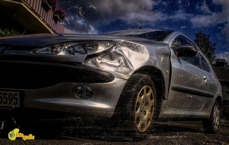 Gerade durch den TÜV und dann das .... Gott sei Dank nicht mein Auto, und ich war's auch nicht. Just by the TÜV and then... Thank God not my car, and I wasn't there. Cars Car Day Land Vehicle No People Outdoors Sky Streetphotography Unfall