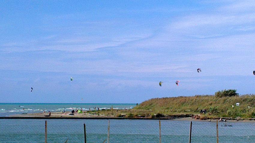 Bello lavorare e vedere chi fa kitesurf... beati loro! On The Road Born To Be Wild Sea View Kite Surfing