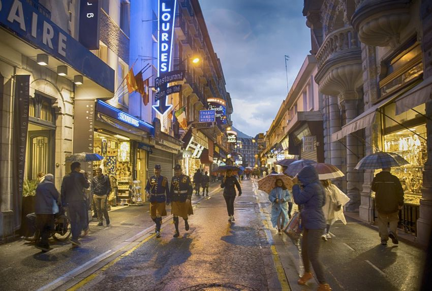 Architecture Building City City Life City Street Illuminated Large Group Of People Lifestyles Nacht Nachtaufnahme Nachtfotografie Nachtleben Night Lights Night Photography Nightphotography Outdoors Travel Destinations