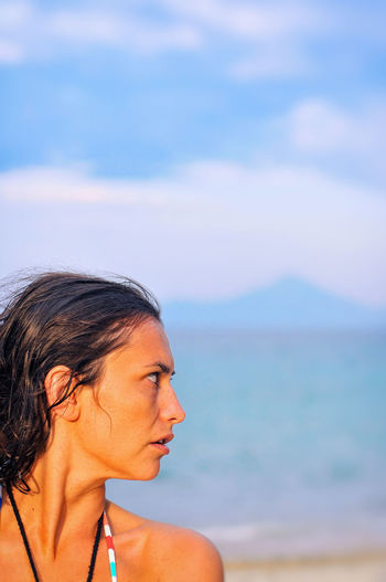 A look aside. Aside Beach Photo Beautiful Woman Blurred Sky Focus On Foreground Headshot Leisure Activity Look Beside Look To The Side Mountain And Sea Profile Profile View Thoughtful Thoughtfulness Vacations Wet Hair Woman Portrait