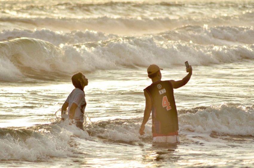 Beach Oldcoupleholdinghandsinthebeach Selfiewithbeachwa