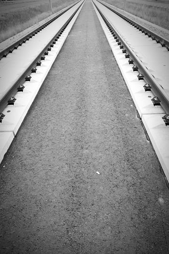 Transport Walking Around Schwarz & Weiß Streetart Monochrom Perspective Fluchtpunkt Gleisbau Bahngleise Trasse