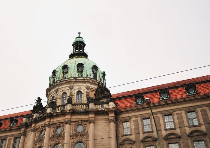 Die brandenburgische Hauptstadt an der Havel fasziniert mit ihren zahlreichen Schlössern, wissenschaftlichen Einrichtungen und reichhaltigen Kulturangeboten. Potsdam entwickelt sich zunehmend zu einem attraktiven und begehrten Wohnort, an dem Entspannung und Vergnügen neben Studium und Arbeit Platz finden – egal für welche Altersgruppe. Potsdam trägt als ehemalige Residenzstadt Preußens eine weitreichende Geschichte – noch immer prägen die architektonischen und landschaftlichen Meisterwerke wie das Schloss Sanssouci, Babelsberg und Charlottenhof das Stadtbild, so dass viele Anlagen in die UNESCO-Weltkulturerbe aufgenommen wurden und bis heute der Stadt ihren einzigartigen Charme verleihen. Auch viele wissenschaftliche Einrichtungen wie die Universität Potsdam, das Max- Planck-Institut und weitere Wissenschaftsparks machen Potsdam zu einem Standort von Innovationskraft und Spitzenforschung. Neben den eindrucksvollen Schlössern reihen sich barocke Bauten, das holländische Viertel und moderne, hochwertige Wohnanlagen. Die südliche Teil von Potsdam an der Havel entwickelt sich durch ihre vorteilhafte Lage und Umgebung zu einem neuen, aufsteigenden Quartier Potsdams mit Extraklasse und präsentiert mit Stolz zahlreiche der Potsdamer Highlights. #berlin #potsdam #condaro #spring #bid #marketplace Instagood, #tweegram #photooftheday #sketch,#sketchclub,#malen,#painting,#instagram,#picoftheday,#art,#star,#followme,#follo Sunset #sun #clouds #skylovers #sky #nature #beautifulinnature #naturalbeauty #photography #landscape