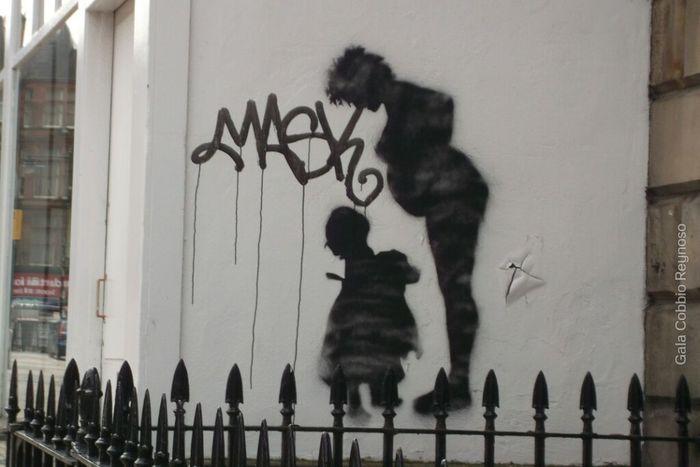 Caminando por el lugar que más me gustó me encuentro este graffiti (Edimburgo) Escocia Graffiti Traveling Story Mom Scotland Edimburg Streetphotography