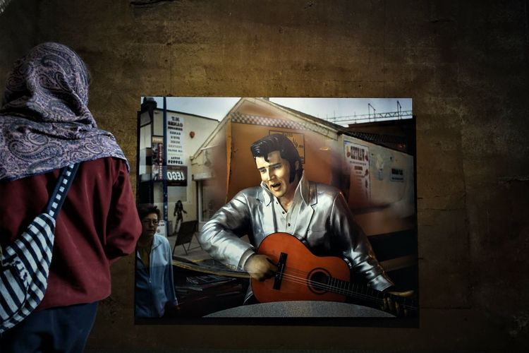 Elvis lebt___🎼🎸✨ Music Musical Instrument Guitar String Instrument Playing Arts Culture And Entertainment My Best Photo Men Indoors  Artist Guitarist Musical Equipment People Adult Group Of People Plucking An Instrument Musician Sitting Real People Electric Guitar Music Indoors  Performance Adult Waist Up Artist Skill  Sitting