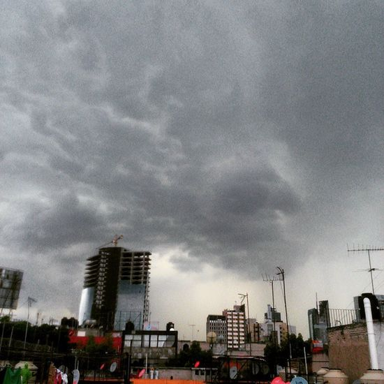 De esas veces que quieres captar un rayo, pero captas un rostro. Lluvia Truenos Voldemort Nubes Rostro Photography Skyphotography