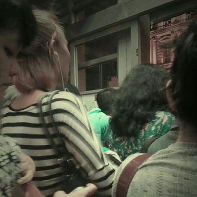 Londo Ireng di antara antrian penumpang bus transjakarta. Sesuatu