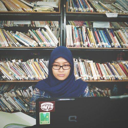 Pencitraan bener si mpok ini ?? Library Learning Portrait Of A Friend Color Portrait Today's Hot Look Studying