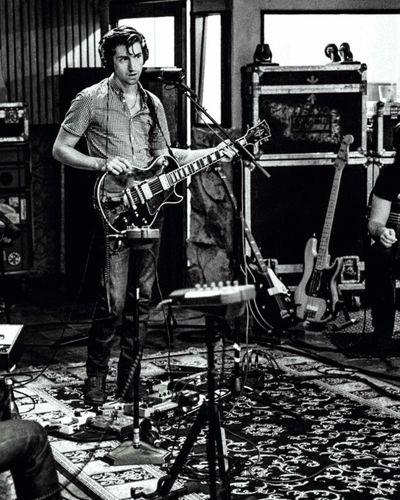 Hace 31 años nacio la otra persona que cambio mi forma de ver e interpretar la música, me hizo saber lo que es amar simples letras, lo que es encariñarte con letras tan maravillosas, lo que es amar el escribir, la persona que cambia de looks a cada rato, y sin importar el cuál tenga se ve guapisimo, la persona más genial de mi mundo, la persona que desde hace 8 años se ha convertido en mi artista favorito de la vida. ALEXANDER DAVID TURNER.💕 HBD Alex Turner Arctic Monkeys The Last Shadow Puppets 31 Years 31 Años Life Hi! Hello World Photography Capture The Moment Taking Photos