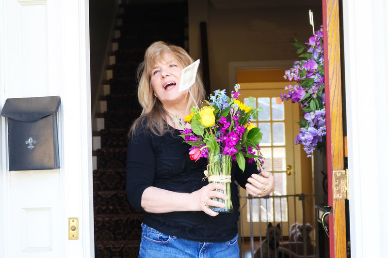 Delivery Service Mother's Day Mum Valentine Anniversary Beautiful Woman Blond Hair Blue Jeans Bouquet Of Flowers Cheerful Door Florist Flower Gift Girl Friend Happiness Holding Lifestyles Real People Send Flowers Smiling Spring Surprise Wife Wreath