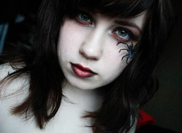 Halloween is comig up so i desided to play whit my Makeup . Swedishgirl Spider