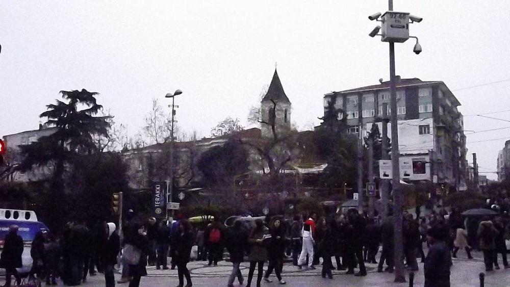 Istanbul Istanbuldayasam Istanbul Turkey Istanbul Kadikoy Kadikoy Meydani Kadikoy Meydan Kadıköy Boğa Kadiköy Boğa Heykeli Kadıköy De Yaşam Bahariye Caddesi Boğa ınsanlar Humans Human Body Part Dialog Sohbet Gezi Gezinti Karmaşa Kalabalik Toplum
