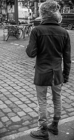 a bearple Adult Cold Days Eye4photography  EyeEm Best Shots EyeEm Best Shots - Black + White Fortheloveofblackandwhite Hamburg Man Nikonphotography One Person Open Edit Outdoors People Real People Rear View Schanzenviertel Sternschanze Straßenfotografie Street Streetphoto_bw Streetphotography Taking Photos Waiting Waiting At The Traffic Light Winter