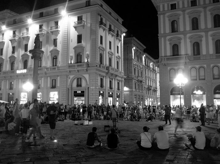 Illuminated City Night Large Group Of People Travel Destinations City Life People Men Architecture Outdoors Music Photography  Arts Culture And Entertainment Firenze Piazza Della Repubblica Firenze Sreet Photography Streetphotography_bw Streetlife Streetphoto Street Photo Street Musicians
