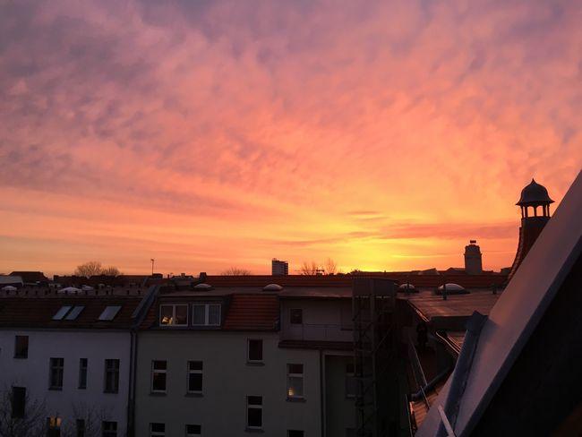 Sonnenaufgang , die Ruhe und Schönheit vor dem Sturm Sunset Building Exterior Architecture Built Structure Orange Color House Residential Building