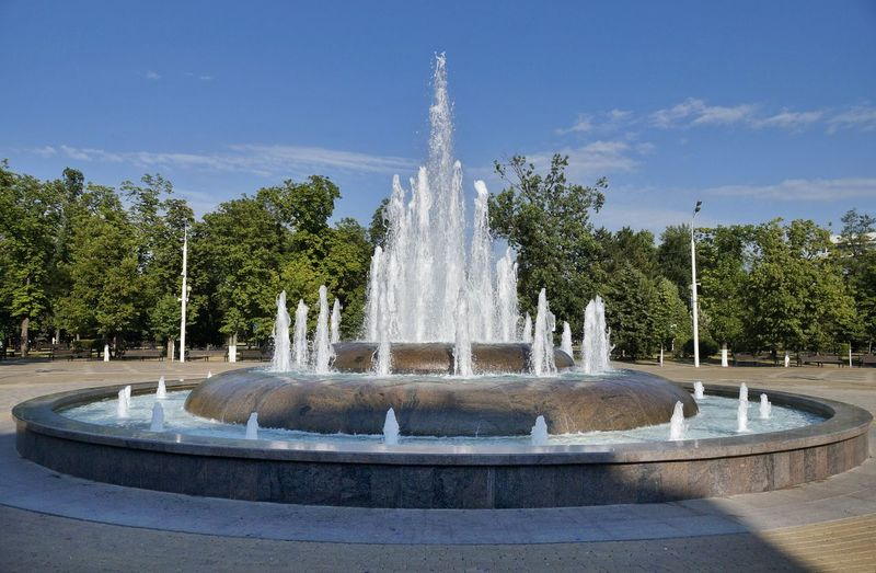 Tree Water Spraying Statue City Sculpture Drinking Fountain Splashing Fountain Park - Man Made Space Waterfall Flowing Water