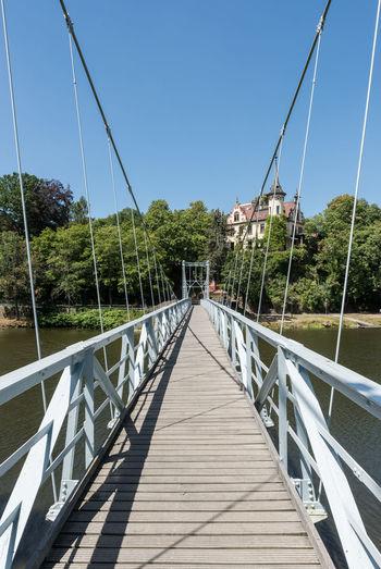 Deutschland Grimma Hotel Schloss Gattersburg Hängebrücke Fluss Historisch Klarer Himmel Mulde Sachsen Tag