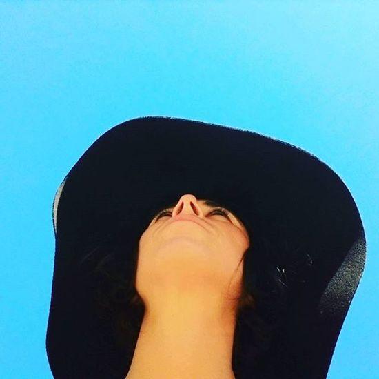 Chapeau BlackHat Bluesky Mypointofview Woman Portrait Face From Below Contrast