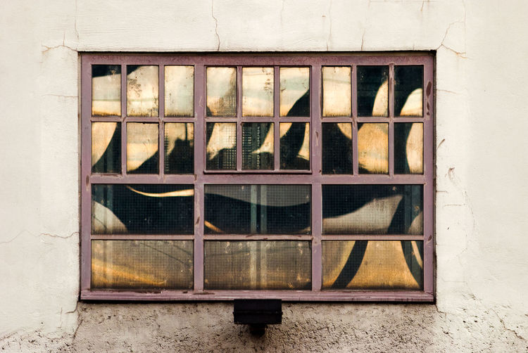 Blick auf ein Fenster, in dessen Scheiben die Abendsonne reflektiert. Abendsonne Altes Fenster Architecture Architektur DESTROID Evening Sun Fenster Glass Industrial Mirror No People Pattern Reflection Spieglein Spieglein An Der Wand.. Spigelung Urban Urban Geometry Pattern Pieces