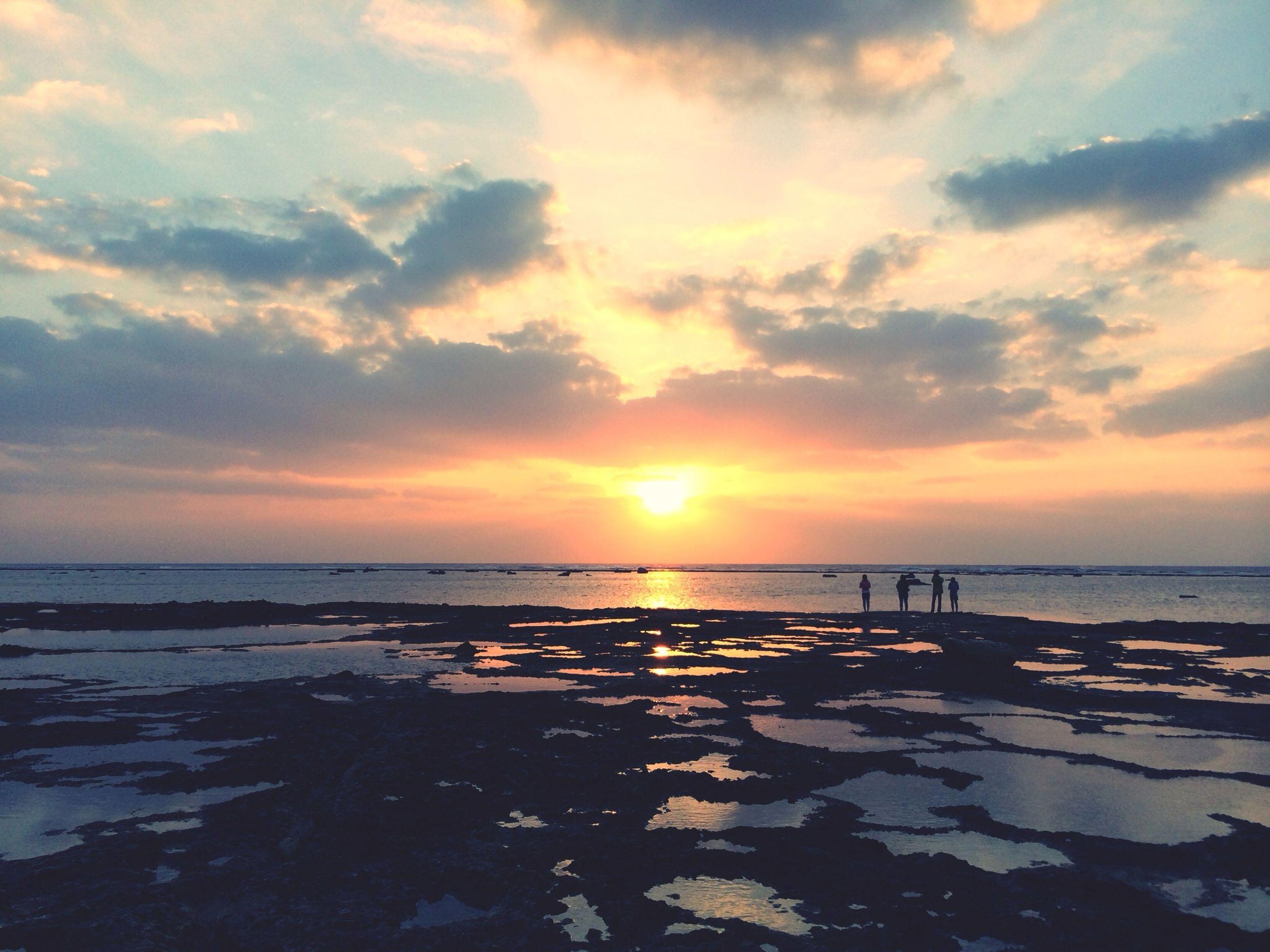 sunset, sea, water, scenics, sky, tranquil scene, tranquility, beauty in nature, horizon over water, beach, sun, cloud - sky, orange color, nature, shore, idyllic, reflection, silhouette, sunlight, cloud