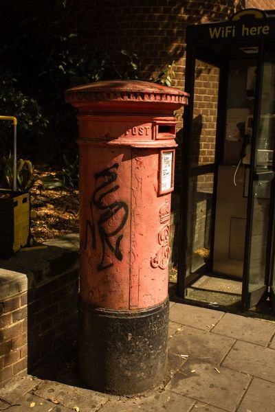 London Postbox Post Boxes Postboxes Tatty Iconic London Streets No People Outdoors Sunny Sunny Day Sunny Morning Summertime Summer Summer Memories... Summer Time  Postcode Postcards Postcode Postcards Postcode Postcards