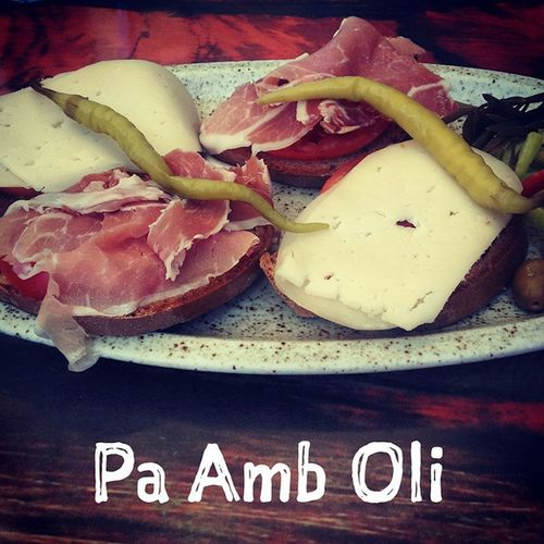 Und wer Pa Amb Oli nicht kennt, es ist ne Olivenölbrotstulle mit Schinken und Käse! \o/ EsKannSoEinfachSein Vacationtweet Endlesssummer Lifeisgood Deia Mallorca Baleares Spain
