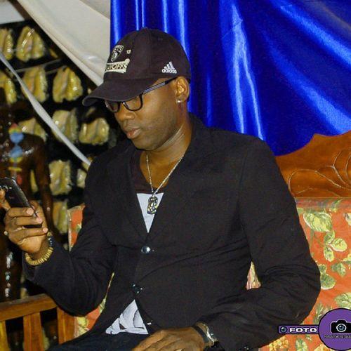 L'Homme en Noir l'animateur vedette de JeudiCulturel LeLambi Carrefour Haiti