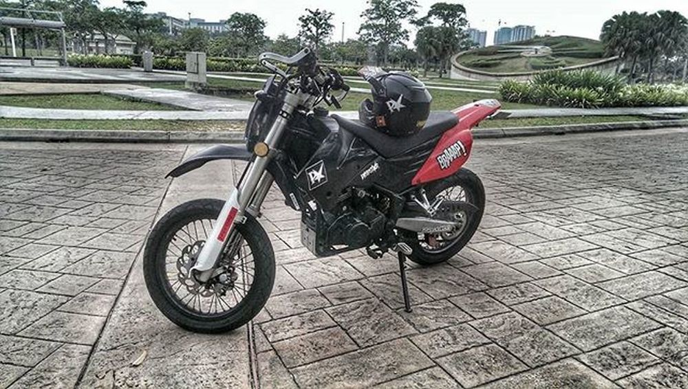 Ms Red. Isn't she beautiful. Supermoto Motard Superretard Dirtbike Trail Supermotard 200 Sportbike_indonesia