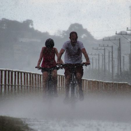 PEDALAR é VIVER Two People Togetherness Water Splashing Full Length Heterosexual Couple Outdoors Couple - Relationship Motion Bonding People Day Friendship Snowing Adult Nature Adults Only Young Adult
