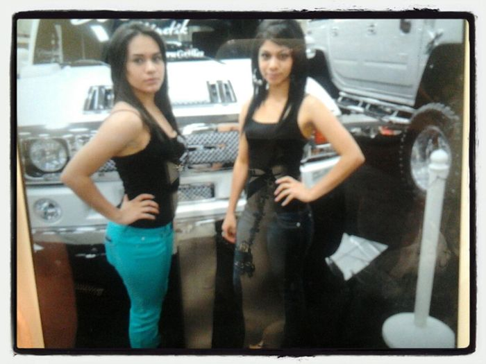 Mi chica Jenn and her hermana..she short like a smurf in her blue pants
