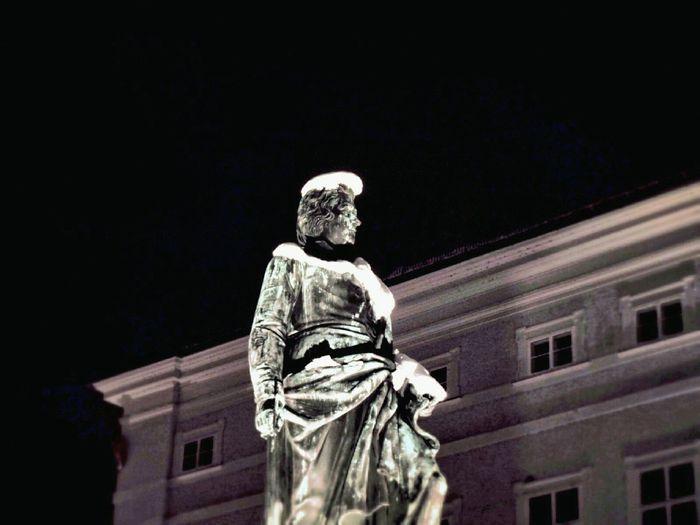 Picturing Individuality Mozartdenkmal Salzburg Mozartplatz Elvis Remindsmeofelvis Cities At Night