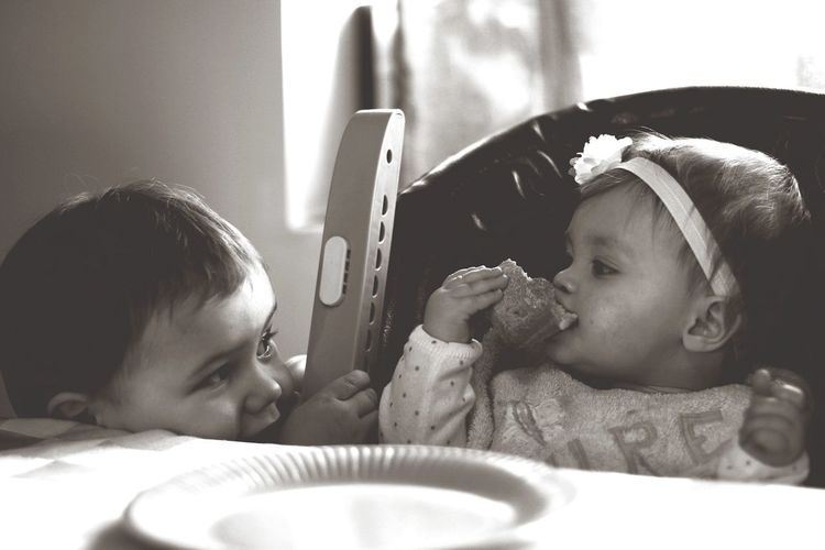 #noir Et Blanc Cousin Cousine Trop Mignons #Love Photo #Moment Photo Indoors  Togetherness Mother Family With One Child Love Baby Cute Happiness