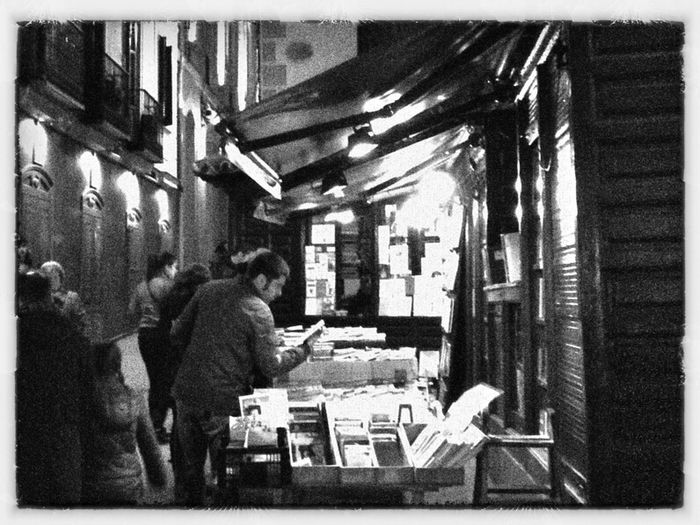 Street Streetphotography Blackandwhite Books Bookstore Buying Books Samsung Galaxy Note II Movilgrafias Fotomadrid Bw_collection Life In Motion