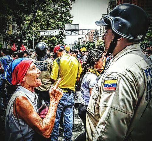 """En la """"frontera"""" entre las dos Venezuelas PorLa Patilla- mayo 19, 2016 El gobierno bolivariano militarizó ayer el centro de Caracas y fortificó las sedes del Consejo Nacional Electoral (CNE) por todo el país, decidido a mantener el enroque deNicolás Madurocontra el referéndum revocatorio que reclama la mayoría. Y lo hizo por primera vez en medio del estado de Excepción, que otorga superpoderes al 'hijo de Chávez' como antes nunca tuvo su padre político, publicaEl Mundo de España. DANIEL LOZANO / ÁLEX VÁSQUEZ/Caracas La demostración de fuerza y la represión que la acompaña se han convertido en un liturgia revolucionariaante una oposición decidida a no abandonar la calle. Pero en esta ocasión no pudo impedir ni la entrega de un petitorio a uno de los rectores del CNE ni tampoco las durísimas críticas de sus detractores. En el documento se exige que se inicie de una vez el proceso devalidación de las firmas(menos de dos millones cuando sólo hacen faltan 195.000 para seguir el proceso), que se cumplan los lapsos de la normativa electoral y que, una vez se haga la validación (en cinco días), se continúe inmediatamente con la recolección de las firmas de 20% de los inscritos en el Registro Electoral (3,9 millones de firmas), siguiente paso del proceso y el que activa la consulta.En definitiva, la hoja de ruta opositora contra la 'operación morrocoy' (tortuga) impuesta por la revolución. Los primeros dardos dialécticos de un día """"negro"""" para el primer mandatario procedieron del gobernadorHenrique Capriles, quien lidera la cruzada del revocatorio para sacar a Maduro del trono de Miraflores. Más sorpresiva, y contundente, fue la reacción de Luis Almagro, secretario general de la OEA, ex canciller en el gobierno de José Mújica y uno de los referentes de la izquierda latinoamericana:""""No soy un agente de la CIA. Y tu mentira, aunque repetida mil veces, nunca será verdad"""". Almagro, 'bestia negra' El chavismo ha convertido a Almagro en una de sus bestias negras ante la independen"""