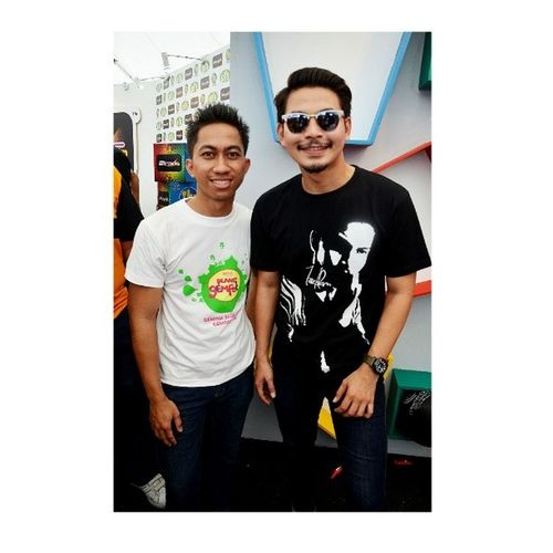 Handsome weh baq hang bro @izzueislam ni. Mohon makan Hati, jantung, paru-paru serta hempedu ye. Mohon jeles saya dapat bergambar & bermesra dengan hero malaya masa ni. Kbhai. HAHAHA. :D ASTRO: KARNIVAL PLANET GEMPAK PHOTOSHOOT! 10.11.2013: AKADEMI FANTASIA 2013 BEHIND THE SCENE Me as photographer & Crew Location: Stadium Bukit Jalil Do LIKE my FB Page --> SHAH Photography Add my Insta/WeChat: Shahgreen Follow my TWITTER --> @ ShahAlMuslim Af2013 Handsome Smart Instamood stunning vogue swag style stylish swagger cute photooftheday instafashion instagood instaddict instafollow instalike cool instadaily girl girls boy styles fresh SHAHPhotography shahgreen