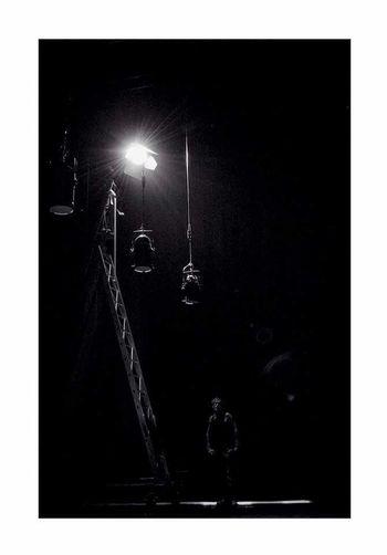 Les hommes de l'ombre. Visaoff Low Angle View Silouhette Mechanician Lighting The Drakness Theater Life Theatre De L'archipel Perpignan Claire Allard
