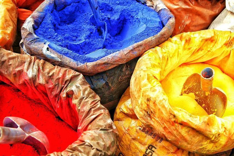 Boya Toz Boya Ucleme Renkler Sari Kirmizi Mavi Eminönü Colors Getting Inspired Color Photography