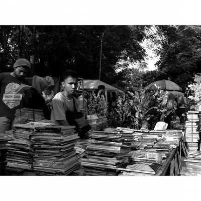 Ekspresi Dunia Ceritapagi Pasar Sunmor UGM Yogyakarta INDONESIA Indah Thebeautyofindonesia Trip to Jogja Istimewa Lenovotography Blackandwhite Pocketphotography Photostory Lzybstrd Journey