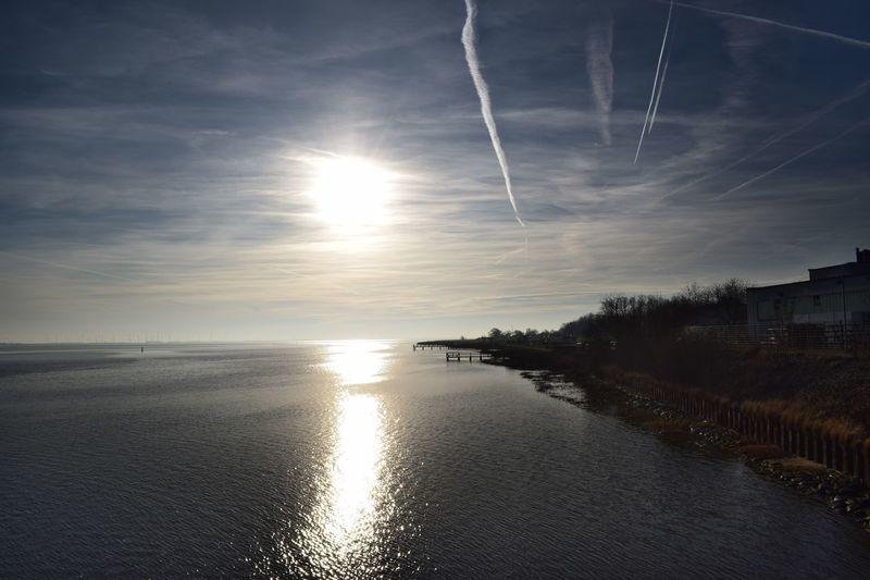 Eider Eiderstedt Tonning Tönning (Nordfriesland) Fluss Flusslandschaft Flussufer River Wasser Water Sun Sky Sky And Clouds Cirrus Cirrus Clouds Nordfriesland Schleswig-Holstein Reflection