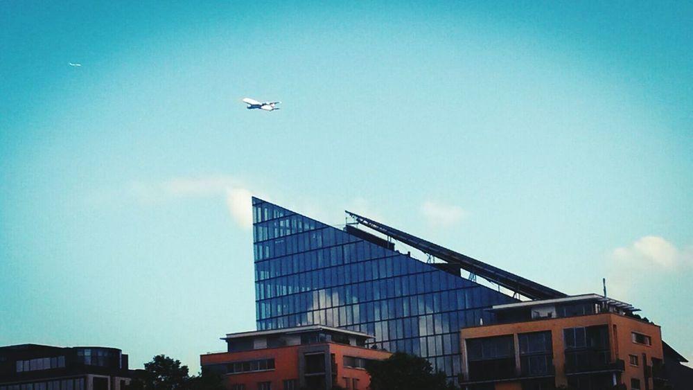 Hochhäuser Frankfurt Am Main Mainhattan Skyline Flugzeug Blauer Himmel