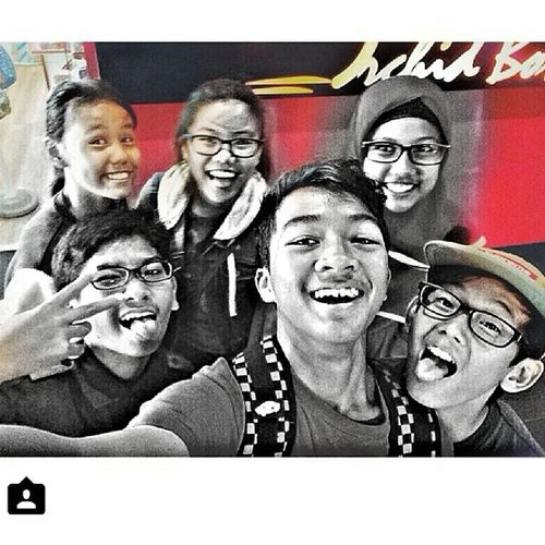 Went bowling and pizza with these peeps. Pigs ate so many pizzas. Went mac to lepak afterwards:) Awshum day. Yoluoswek Itzliddat