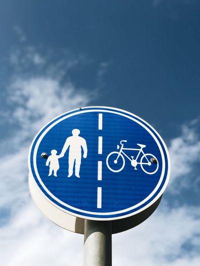 מייסטריט מייחדרה מייאייפון10 IPhoneX ShotOnIphone Cloud - Sky Sky Blue Low Angle View Communication Sign No People Guidance Road Sign Symbol