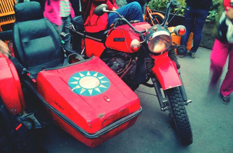 Walking Around Taking Photos 五道营胡同 Wudaoying Hutong vintage motorcycle!